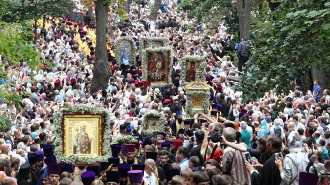 День Крещения Киевской Руси, который празднуется 28 июля, всегда проходит с красивым и массовыми шествиями верующих, особенно в Киеве возле памятника князю-крестителю Владимиру.