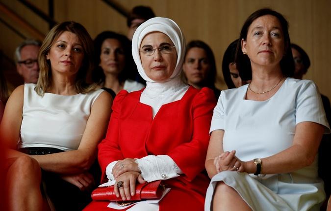 Наряды первых леди на саммите НАТО: скромные фасоны, но модные цвета  фото 3