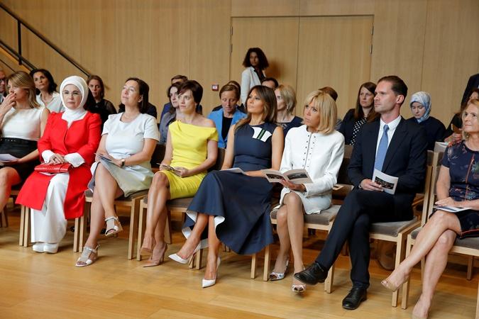 Наряды первых леди на саммите НАТО: скромные фасоны, но модные цвета  фото 5
