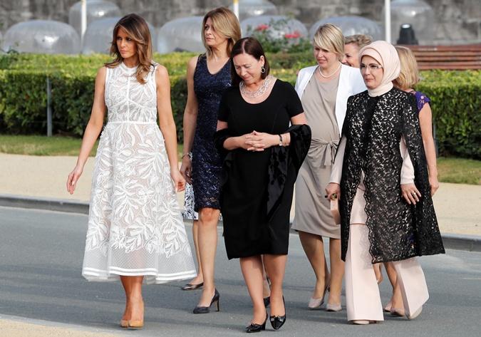 Наряды первых леди на саммите НАТО: скромные фасоны, но модные цвета  фото 6