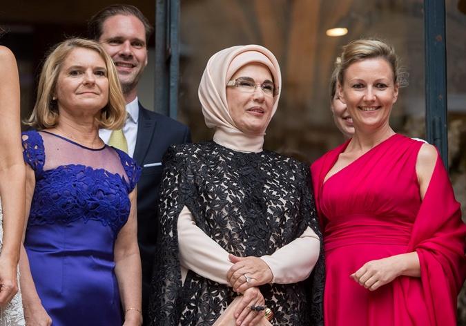 Наряды первых леди на саммите НАТО: скромные фасоны, но модные цвета  фото 9