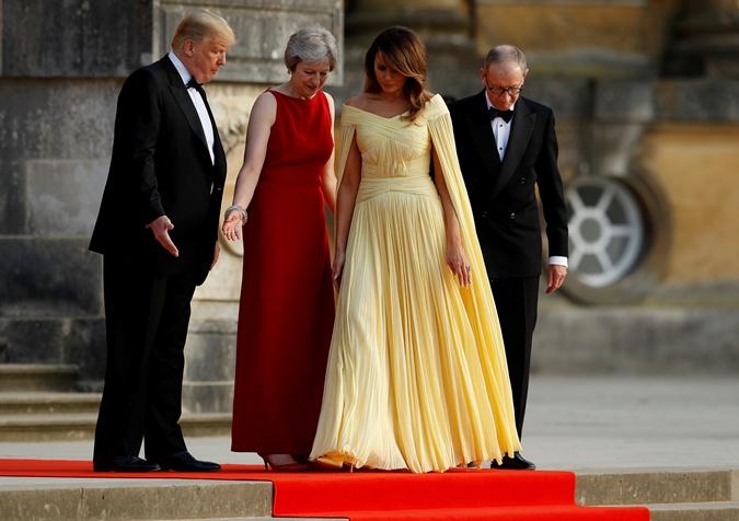 Мелания Трамп в образе принцессы Белль пришла на ужин к Терезе Мэй фото 4