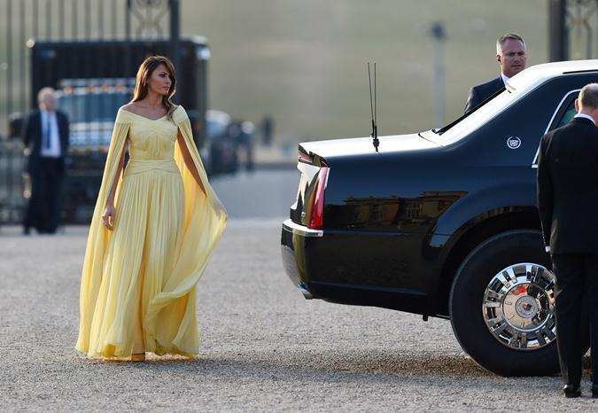 Мелания Трамп в образе принцессы Белль пришла на ужин к Терезе Мэй фото 1