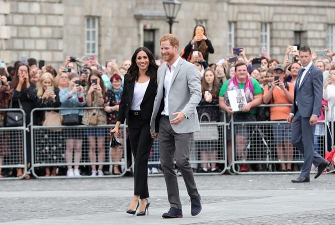 Меган Маркл и принц Гарри во время прогулки в Дублине на прошлой неделе. Фото: REUTERS