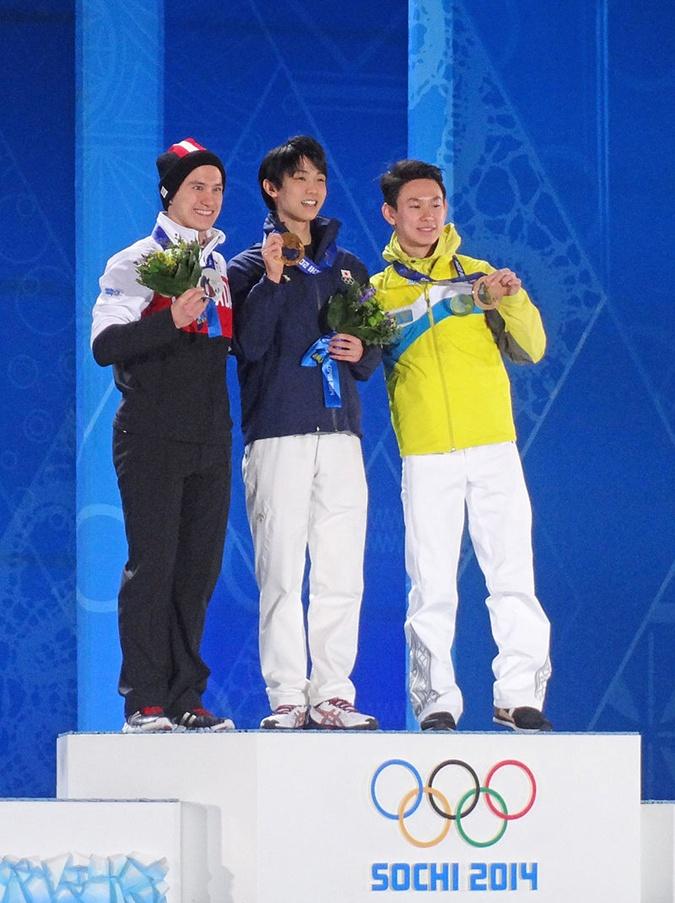 Денис Тен (крайний справа) во время церемонии награждения на Зимних Олимпийских Играх в Сочи. Фото: Википедия