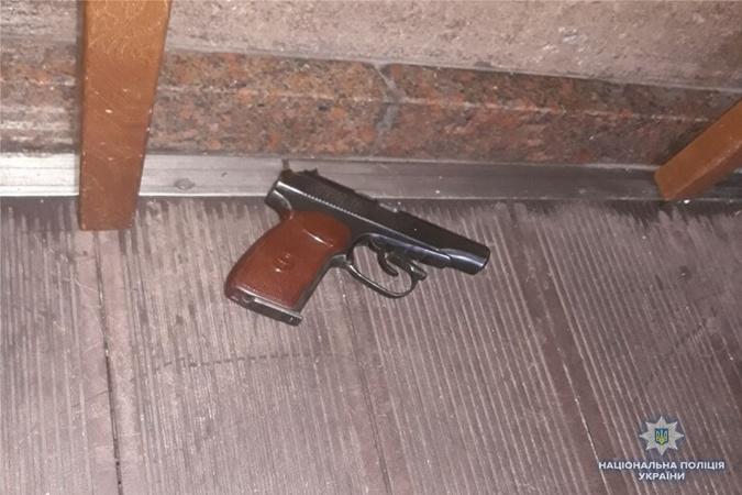 На месте ЧП нашли гильзы и пистолет. Фото: kyiv.npu.gov.ua