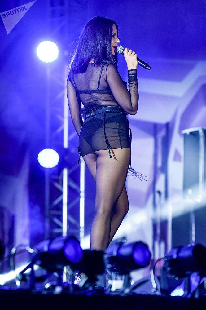 На сцену певица вышла фактически в нижнем белье. Фото: sputnik.az