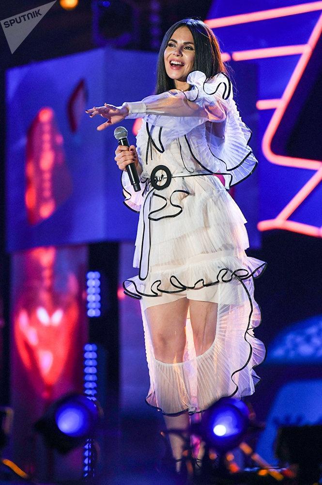 Но затем переоделась в красивое платье. Фото: sputnik.az