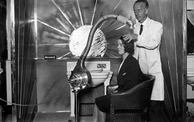 Процедура сушки волос в салоне, 1929 г. Фото: cameralabs.org.