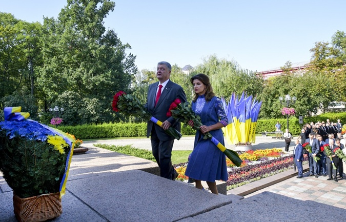 Платье для Марины Порошенко ко Дню Независимости шили месяц фото 1