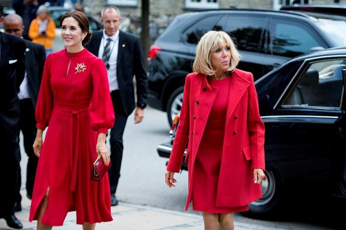 Брижит Макрон и принцесса Мэри, не сговариваясь, надели красные платья. Фото: REUTERS