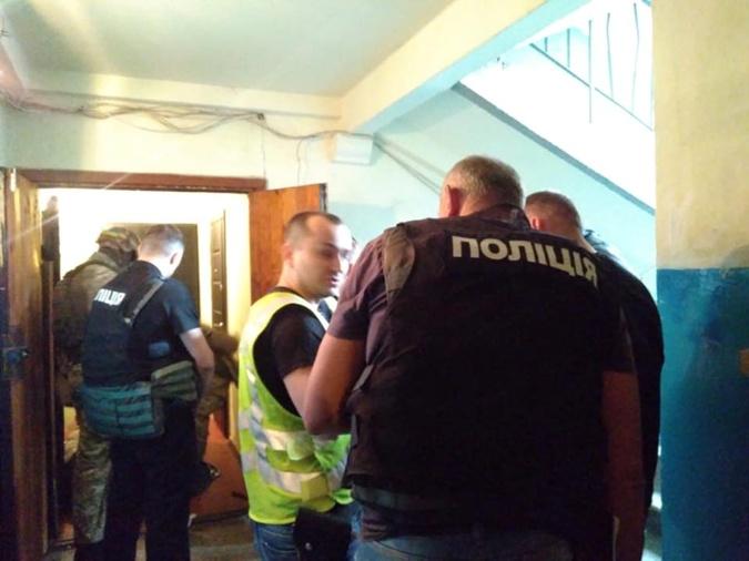 В Киеве вооруженный мужчина забаррикадировался в квартире, взяв в заложники четверых детей фото 1