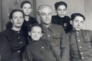 Иосиф (на переднем плане) с мамой Идой Исааковной, отчимом Моисеем Моисеевичем Раппопортом и братьями. Фото: dubikvit.livejournal.com