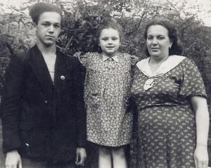 Кобзон с мамой и сестрой. Фото: uznayvse.ru