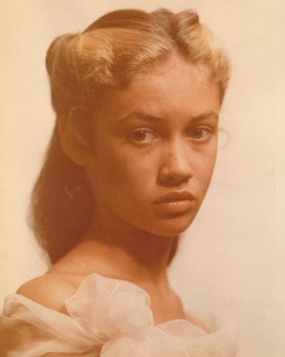 В юности будущая кинозвезда строила модельную карьеру.