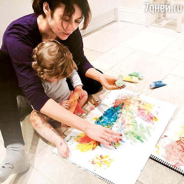 Актриса редко публикует фотографии сына и никогда не показывает его лица.