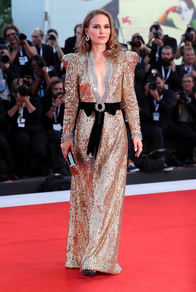 Актриса Рэффи Кэссиди запуталась в подоле собственного платья на фестивале в Венеции фото 1