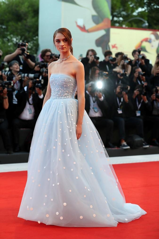 Актриса Рэффи Кэссиди запуталась в подоле собственного платья на фестивале в Венеции фото 4