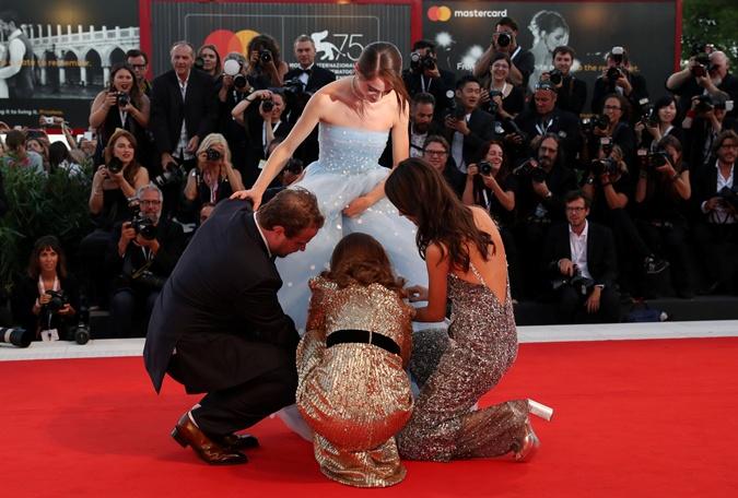Актриса Рэффи Кэссиди запуталась в подоле собственного платья на фестивале в Венеции фото 3