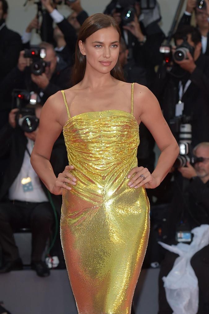 Ирина Шейк в платье от Versace. Фото: REUTERS