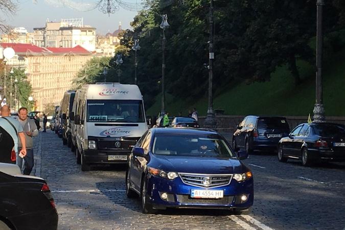В Киеве машины на еврономерах заблокировали проезд на нескольких улицах
