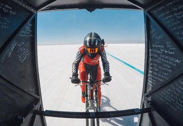 296 км/час: американка смогла разогнать велосипед до скорости Boeing 747 фото 2