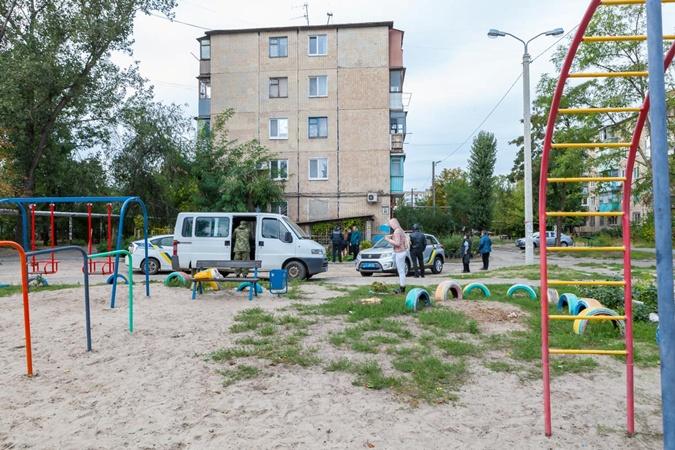 Детская площадка, около клумбы, где нашли гранату.
