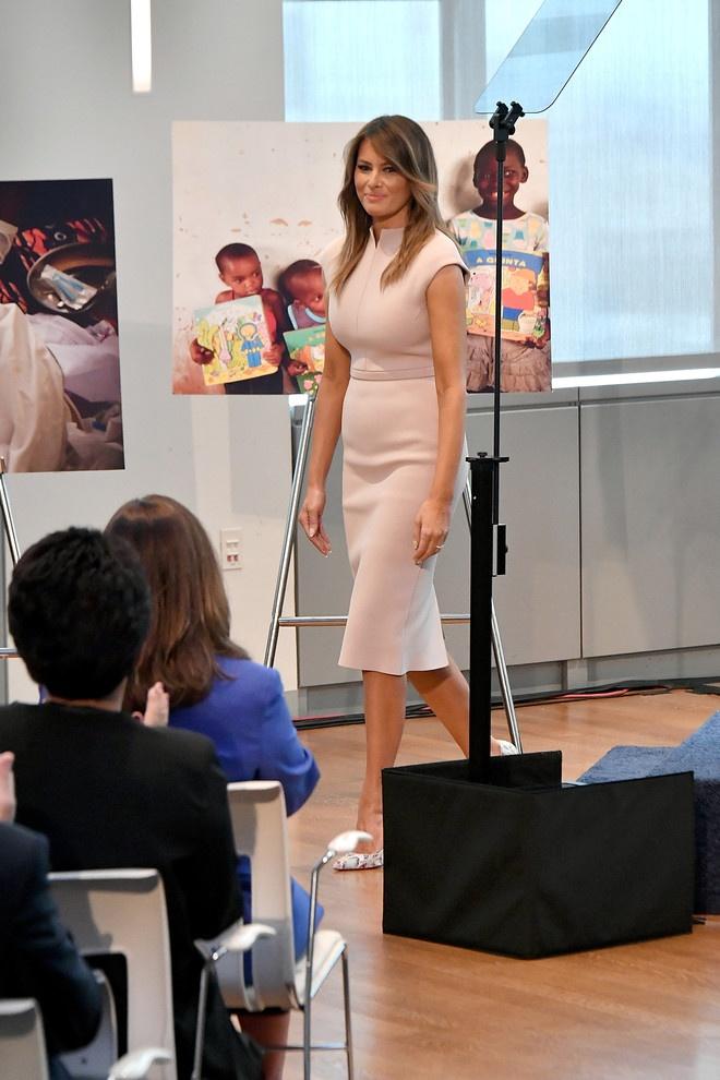 Мелания выбрала платье-футляр пудрового оттенка. Фото: president.gov.ua