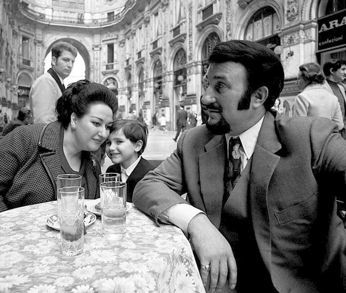 Монсеррат Кабалье и Бернабе Марти со своим сыном. Милан, 1971 год. Фото: Википедия