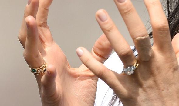Меган носит три кольца на безымянном пальце.