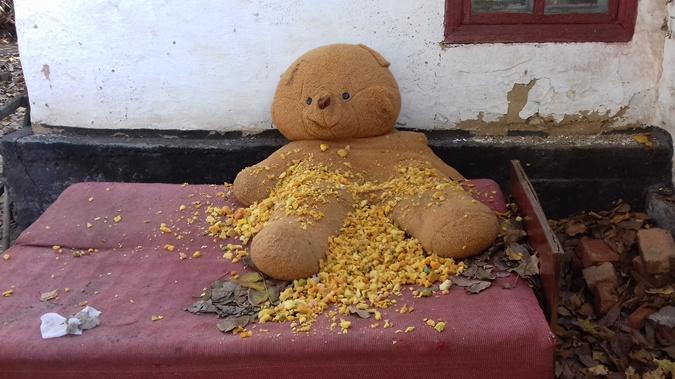 Забавная детская игрушка  на месте трагедии только добавляет  ужаса случившемуся. Фото: автор