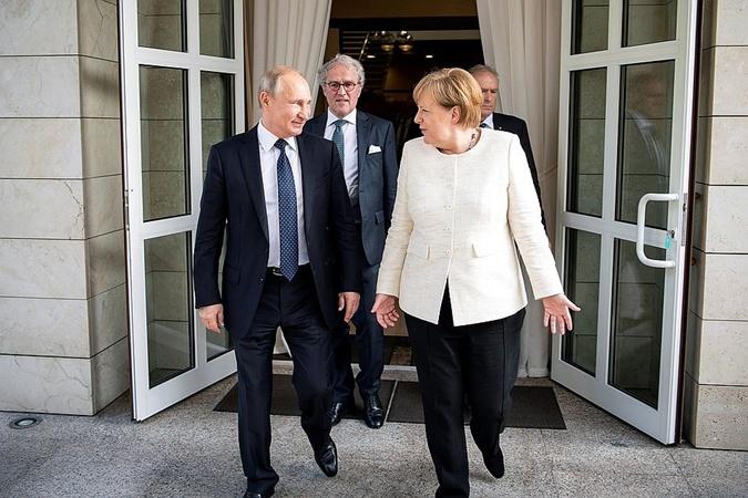 На встрече с Путиным Меркель выглядела более нарядно. Фото: REUTERS