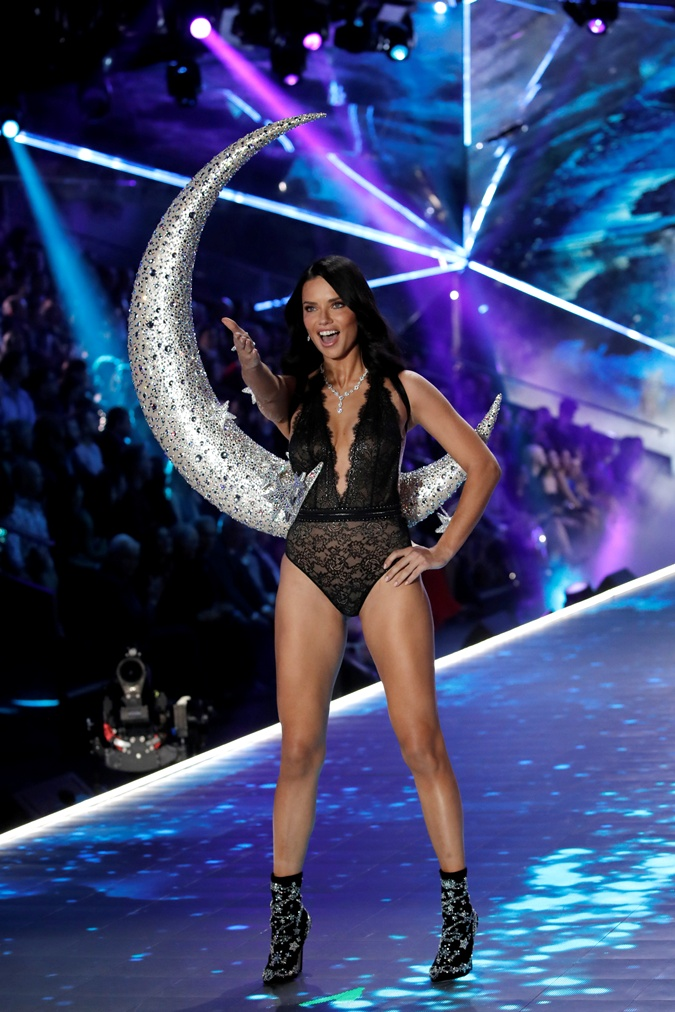 3c1f2f80917aa Шоу Victoria's Secret 2018: возвращение секси-мамочек и прощальный ...