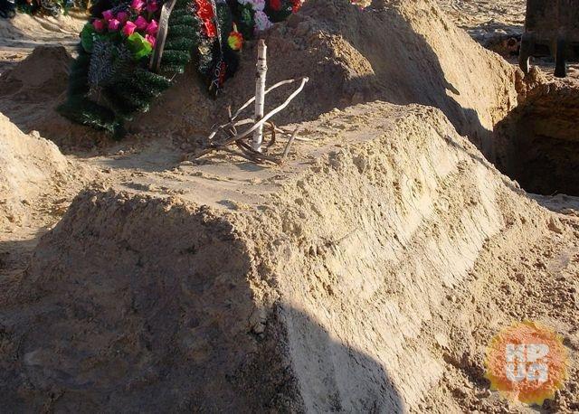 Кто-то неведомый воткнул с могилу пологовского маньяка березовый кол с венком из прутьев.