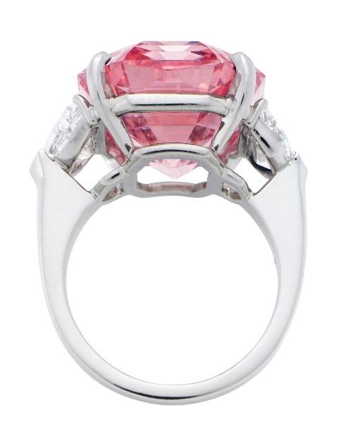 Нааукционе вЖеневе продали редкий розовый бриллиант за50 млн долларов