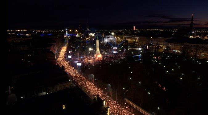На факельное шествие в Риге вышли 20 тысяч человек фото 1