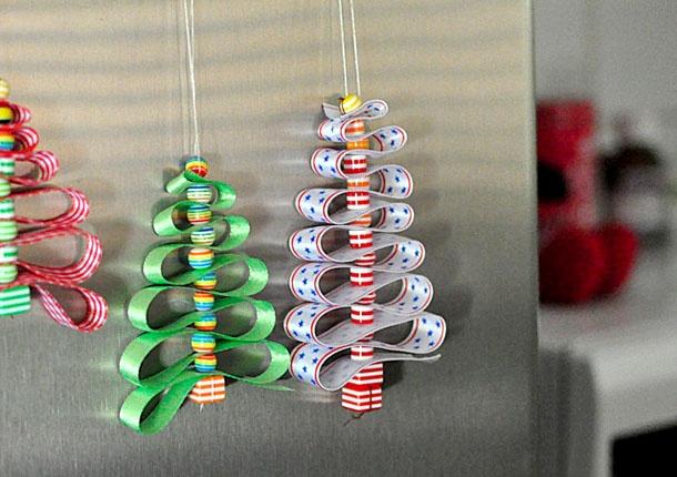 Из шишек, лампочек и соленого теста: 5 идей для новогодних украшений своими руками фото 12