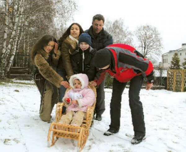 Юрий Бойко на зимней прогулке со всей семьей. Фото: соцсети