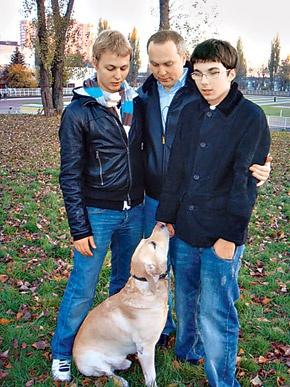 Нестор Шуфрич на прогулке со своими сыновьями. Фото: Архив КП