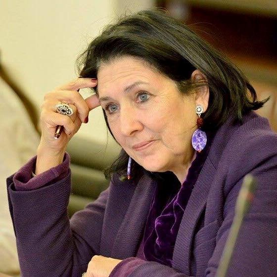 Зурабишвили любит фиолетовый цвет и крупные серьги.