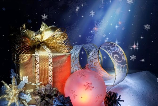 Друзьям на Новый год и Рождество можно подарить красивые елочные украшения. Фото: из открытых источников.