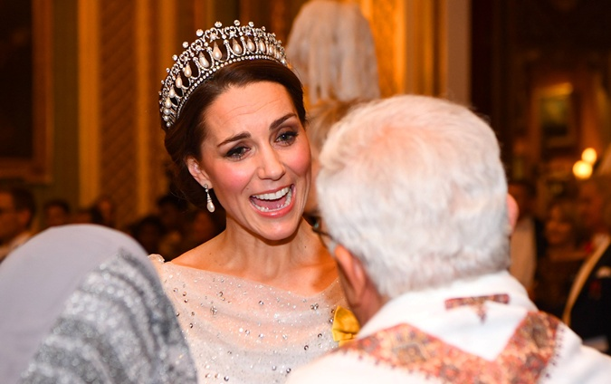 Кембриджская герцогиня общается с почтенными гостями Фото: REUTERS