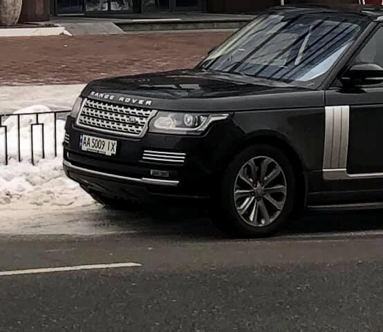 Вакарчук припарковал Range Rover на пешеходном переходе фото 1