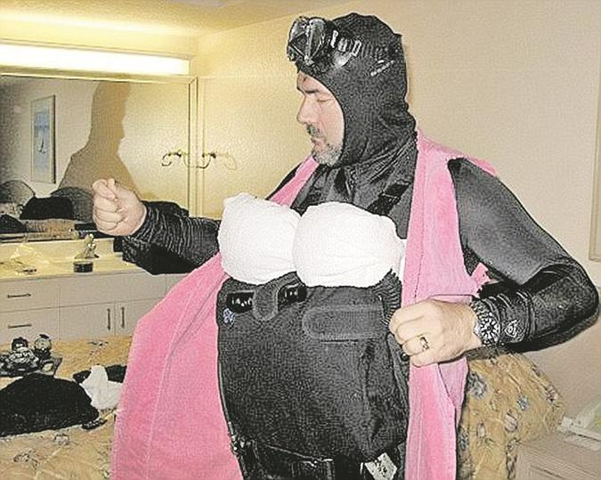 Француз Эрве Жубер, который помогал Латифе, в свое время сам сбежал из Дубая, переодевшись в женскую одежду. Под черным абаем (верхним платьем) у него был гидрокостюм с аквалангом. Фото: facebook.com/Herve-Jaubert