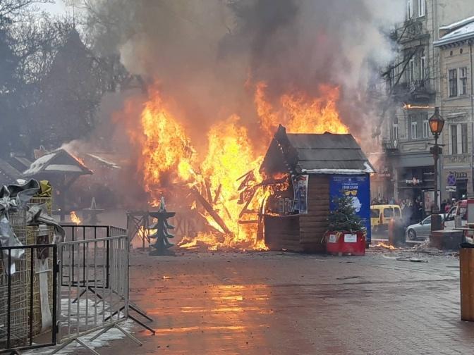 Свидетели говорят о трех взрывах. Фото: ГСЧС во Львовской области.