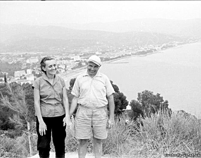 Бандера с женой Ярославой на фоне Женевского озера. Фото: cont.ws