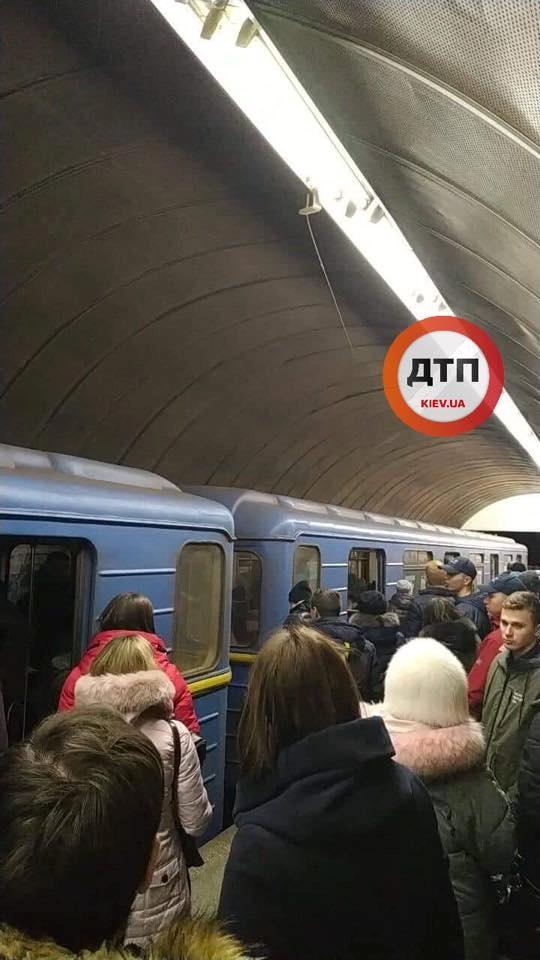 В Киеве пьяный мужчина упал под поезд на зеленой ветке метро фото 1