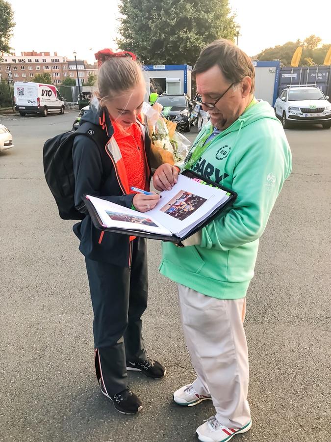 За рубежом у фанатов есть специальные книги с автографами любимых спортсменов.
