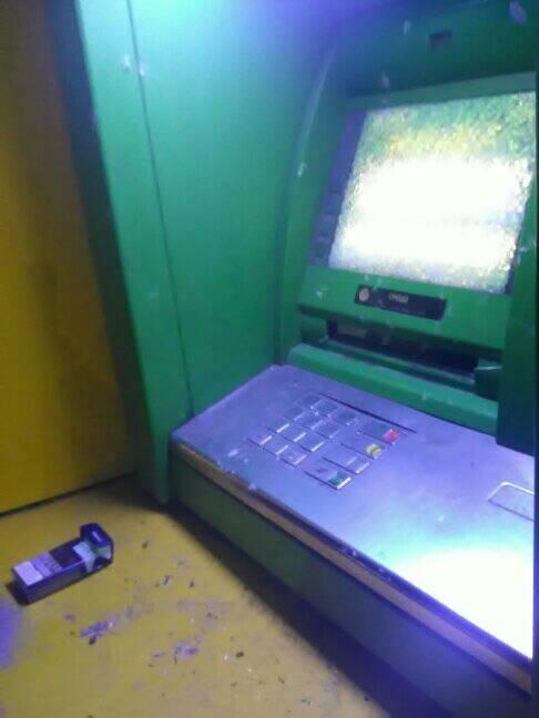 Последствия стрельбы по банкомату.