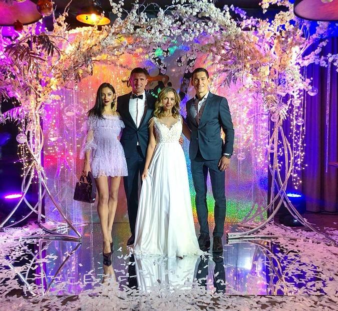 Сергей и Юлия (в центре) c друзьями семьи - Тарасом  и Маргаритой Степаненко.